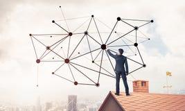 在提出网络和连接c的房子屋顶的商人 免版税库存图片