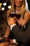 在提案以后的夫妇饮用的酒 库存图片