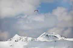 在提洛尔,奥地利阿尔卑斯的滑翔伞 免版税库存图片