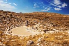 在提洛岛海岛上的古老圆形剧场 免版税图库摄影