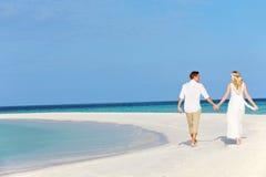 在美好的海滩婚礼的夫妇 库存图片