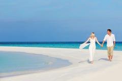 在美好的海滩婚礼的夫妇 图库摄影