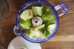 在搅拌器,顶视图的绿色苹果 柠檬 免版税库存图片