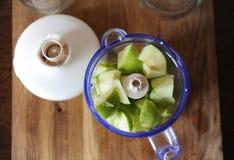 在搅拌器,顶视图的绿色苹果 柠檬 库存照片