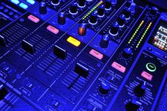 在搅拌机控制台的蓝色光 图库摄影