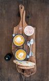 在搪瓷的自创南瓜奶油汤抢劫用草本,并且在橄榄色的服务的新鲜面包切片上在土气木 免版税库存照片