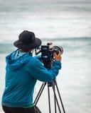 在搬运车世界杯日落海滩夏威夷的Videographer 图库摄影