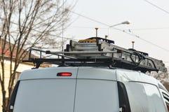 在搬运车顶部的被折叠的梯子 免版税库存图片