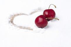 在搽粉的糖和两棵樱桃背景绘的心脏  库存图片
