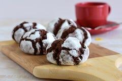 在搽粉的糖的巧克力蛋糕 免版税库存照片