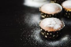 在搽粉的糖的松饼 图库摄影