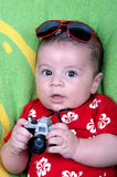 在摄影师打扮的男婴 免版税库存图片