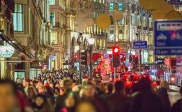 在摄政的街道和许多的圣诞灯装饰人 伦敦 库存图片