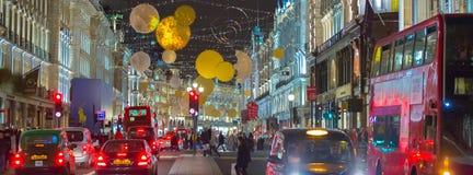 在摄政的街道和许多的圣诞灯装饰人 伦敦 库存照片