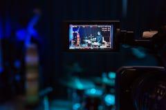 在摄象机的LCD显示 音乐会的摄制 播放低音提琴和鼓的音乐家 免版税库存图片