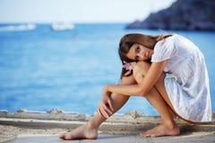 在摆在亭亭玉立的海运的美好的女性&# 免版税库存图片