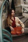 在摆在街道的流行的服装的时尚女性模型 库存图片