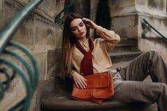 在摆在街道的流行的服装的时尚女性模型 免版税库存图片