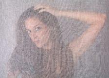 在摆在透明妇女的窗帘之后 库存图片