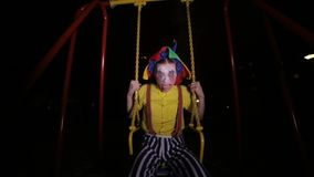 在摇他的头的小丑的一个低看法 股票录像