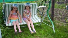 在摇摆的两个女孩姐妹摇摆 娱乐和室外休闲 调遣结构树 影视素材