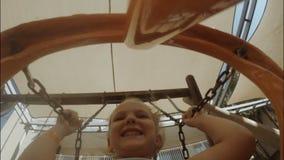 在摇摆的女孩骑马 股票录像