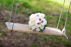 在摇摆的婚礼花束 库存照片