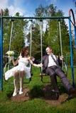 在摇摆的愉快的新娘和新郎 免版税库存图片