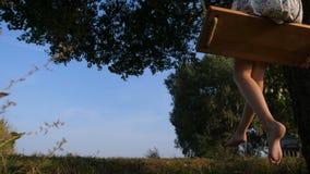 在摇摆的高兴赤足女孩飞行在日落 股票视频