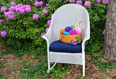 在摇椅的编织的篮子 免版税图库摄影