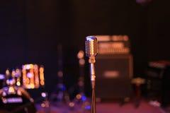 在摇滚乐音乐会前的空的阶段 库存照片