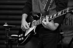在摇滚乐音乐会的电子吉他 免版税库存照片
