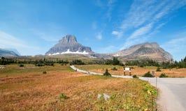 在摇石通行证的克莱门茨山耸立的上面暗藏的湖供徒步旅行的小道在2017秋天火期间在冰川国家公园蒙大拿美国 库存图片