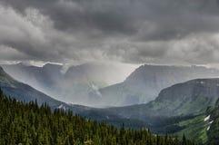 在摇石通行证,冰川国家公园的大雨 免版税库存照片