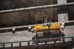 在摇篮的中国工作者工作 库存照片