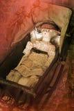在摇篮车的维多利亚女王时代的玩偶 库存照片
