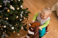 在摇马玩具,顶上的射击的男婴骑马 库存照片