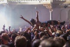 在摇滚乐音乐会的Crowdsurfing 图库摄影
