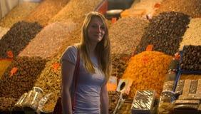 在摊位前面的妇女在东部市场,可口干果子上 库存照片