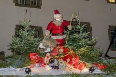 在摊位屋顶的圣诞老人在Xmas市场时间 库存照片