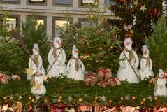 在摊位屋顶的城镇厅和雪人在Xmas市场时间 库存照片