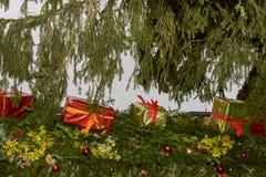 在摊位屋顶的缎带包装在Xmas市场时间 免版税库存图片
