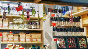 在摊位的巧克力甜点在里加圣诞节市场期间 免版税库存图片