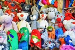 在摊位的手工制造动物玩具在里加圣诞节市场期间 免版税库存图片