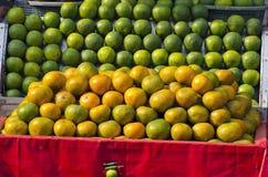 在摊位的柑橘水果在stret市场,印度上 库存图片
