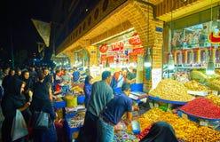 在摊位的活动与甜点在德黑兰,伊朗盛大义卖市场  免版税库存照片