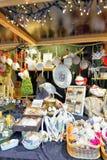在摊位的白色手工制造纪念品在里加圣诞节市场上 免版税库存图片