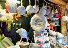 在摊位的白色手工制造纪念品在里加圣诞节标记期间 库存图片