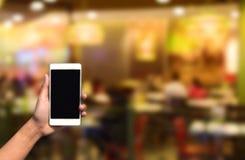 在摘要的被弄脏的图象手举行和触摸屏巧妙的电话 库存图片