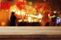 在摘要被弄脏的餐馆光前面的桌 图库摄影